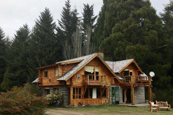 Casa de época, ubicada en el loteo Puerto Nahuel, con acceso al lago