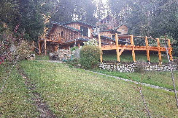 Casa ubicada sobre la costa del lago Correntoso